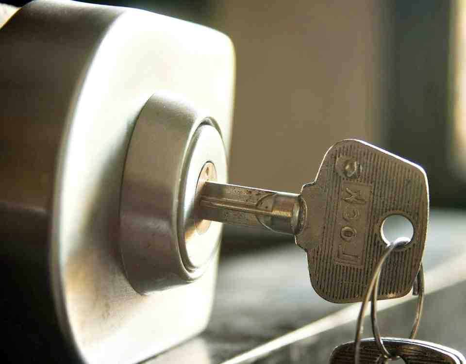 llave en cerradura 960x750 - Cerrajero Sant Just
