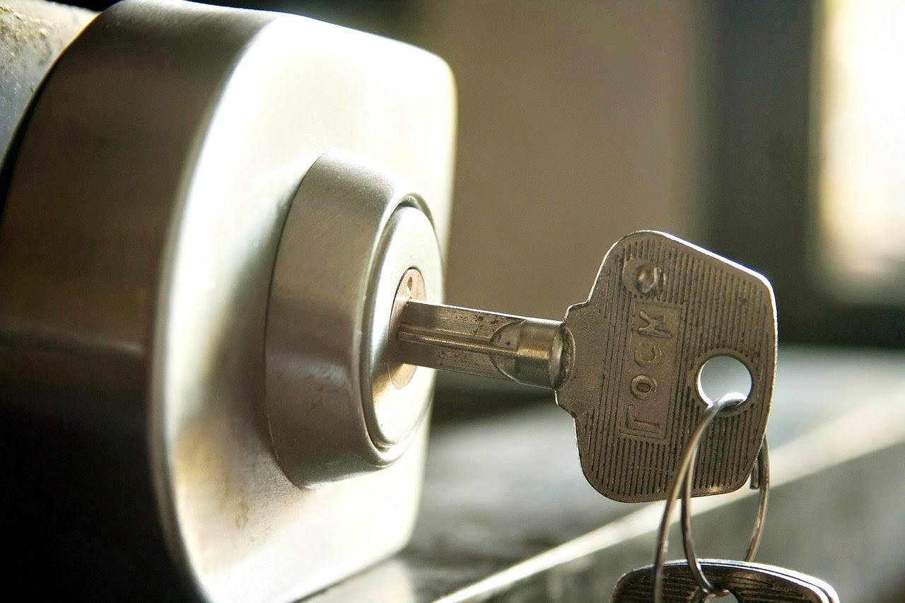 llave en cerradura - Apertura Puertas Abrir Cerraduras
